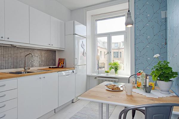 Biała kuchnia z tapetą niebieska na ścianie  zdjęcie w serwisie Lovingit pl   -> Niebieska Kuchnia Inspiracje