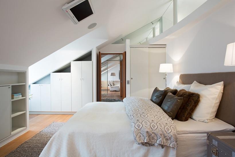 Telewizor na sko nym suficie w sypialni zdj cie w for Arredare mansarda ikea
