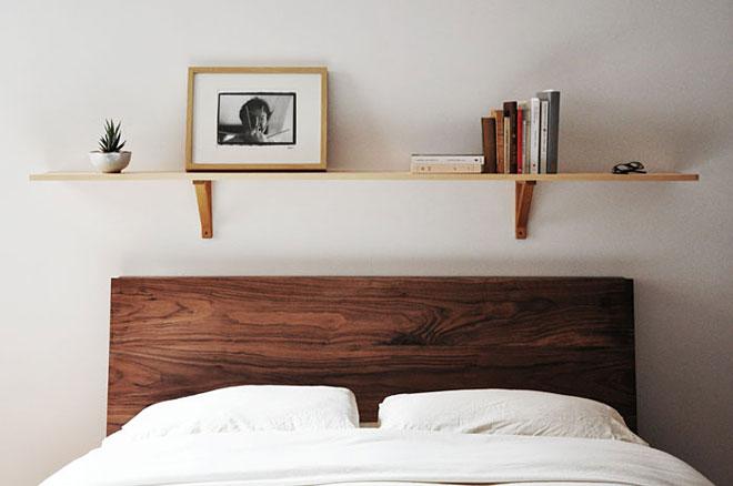 Drewniana Pojedyncza Półka Nad Brązowym łóżkiem Zdjęcie W