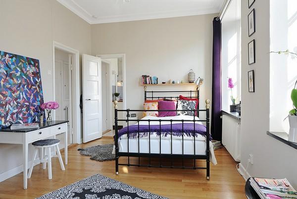 Czarne I Metalowe łóżko W Sypialni Zdjęcie W Serwisie