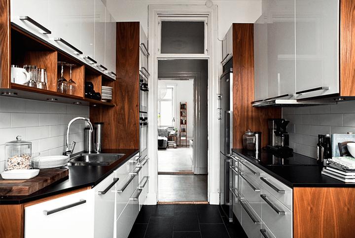 Drewniane boki szafek i czarne blaty w malej  zdjęcie w serwisie Lovingit pl   -> Kuchnia Biala Z Drewnianymi Elementami
