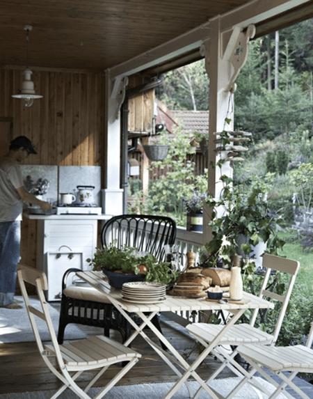 Wiejska kuchnia na ganku z ogrodoymi meblami  zdjęcie w serwisie Lovingit pl   # Kuchnia Wiejska Inspiracje