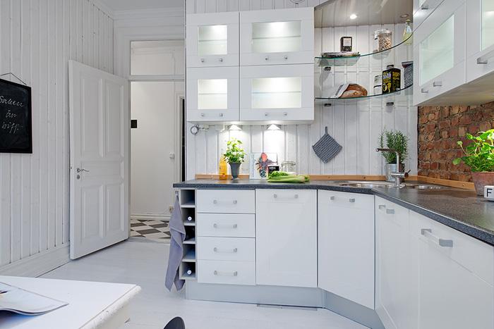 Biała kuchnia skandynawska ze ścianą z czerwonej  zdjęcie   -> Biala Kuchnia A Podloga