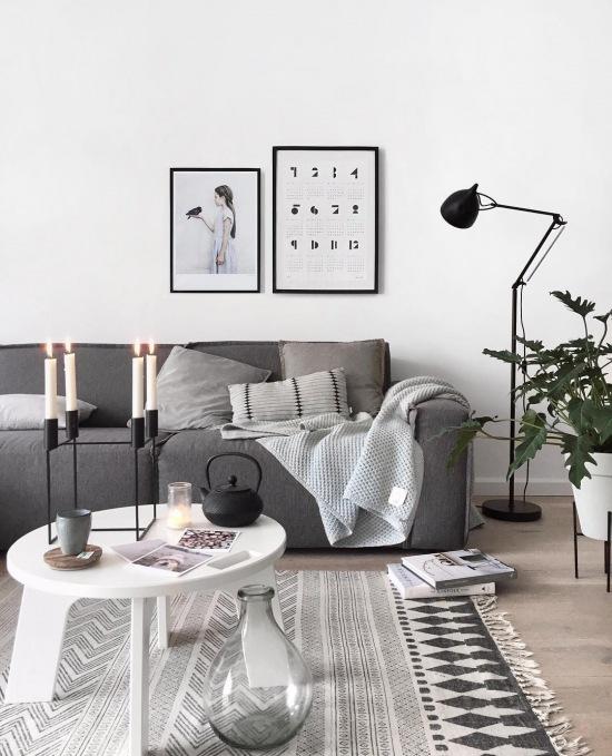 Szara sofa i czarne dodatki w aranżacji salonu - zdjęcie w serwisie Lovingit.pl (52842)
