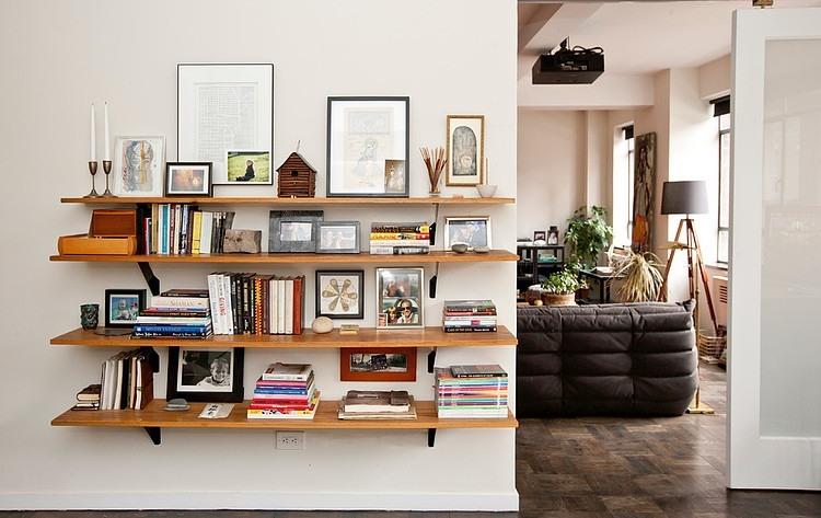 Jak Wieszać Dekoracyjne Półki W Salonie Zdjęcie W