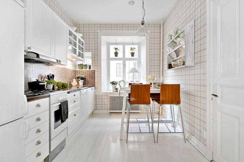 Aranżacja białej kuchni z tapetą w kratkę  zdjęcie w serwisie Lovingit pl (2