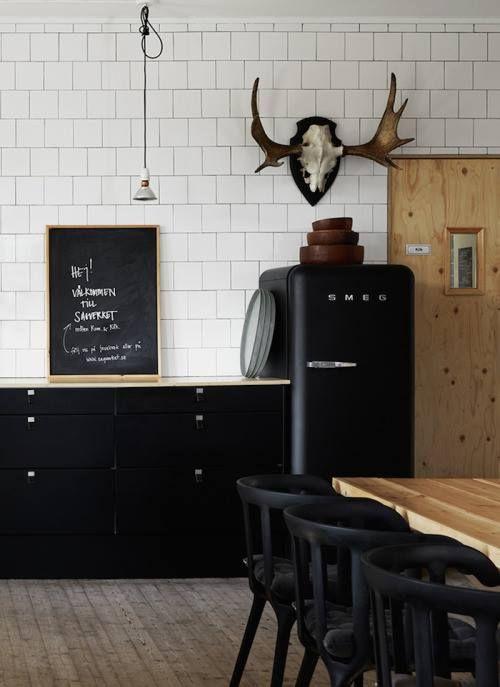 Czarne Meble Oraz Lodówka W Kuchni Zdjęcie W Serwisie