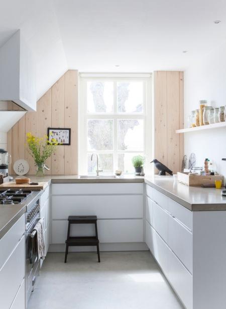 Skandynawska minimalistyczna kuchnia z drewnianymi  zdjęcie w serwisie Lovin  -> Kuchnia Skandynawska Inspiracje