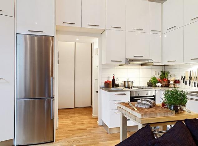 Pełna Zabudowa Szafek W Małej Kuchni Z Drewnianą Zdjęcie W