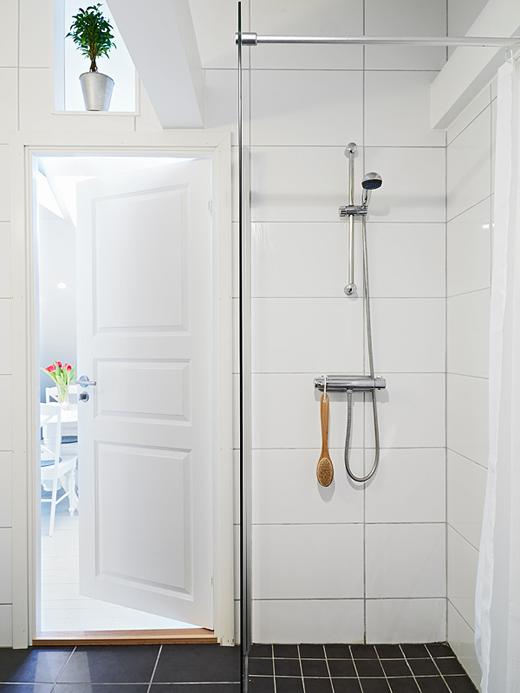 Biała Glazura I Czarna Terakota W Małej łazience Zdjęcie W