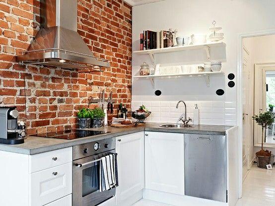 Czerwone Cegły I Białe Kafelki W Kuchni Zdjęcie W Serwisie