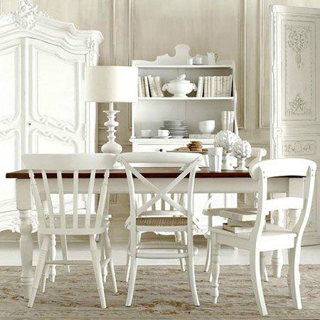 Drewniany Stół Na Toczonych Białych Nogach Zdjęcie W