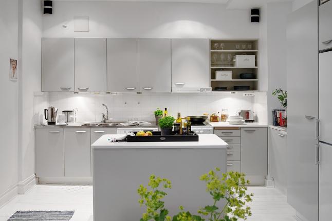 Biała kuchnia z wyspą kuchenną w stylu skandynawskim