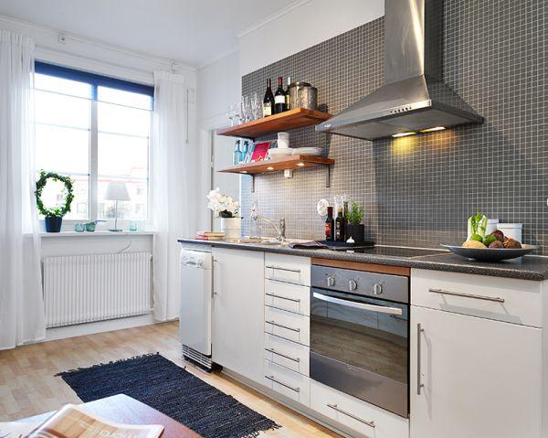 Drewniane Półki Na Szarej ścianie W Kuchni Zdjęcie W