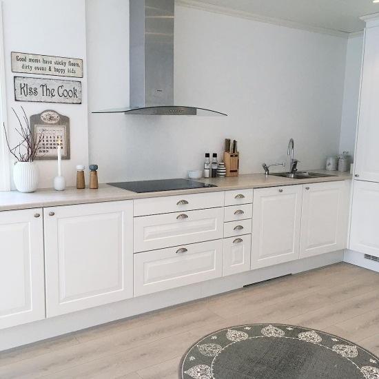 Biało szara kuchnia z typografią jako dekoracją  zdjęcie