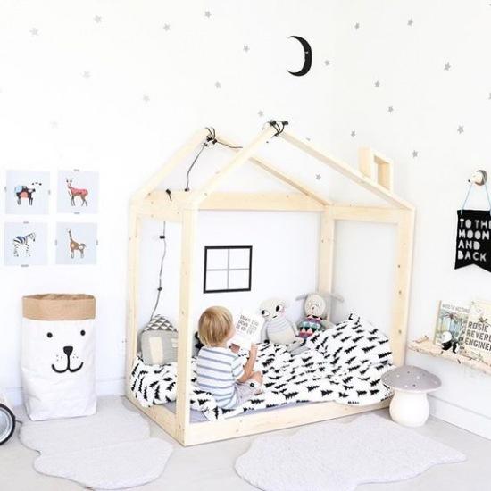 drewniany domek jako ko w bia ym pokoju zdj cie w. Black Bedroom Furniture Sets. Home Design Ideas