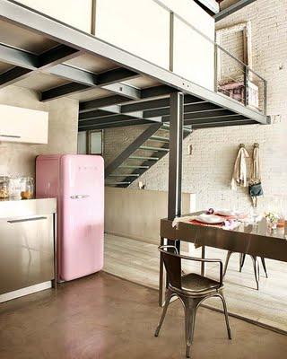 Otwarta Srebrno Różowa Kuchnia Pod Antresolą Zdjęcie W
