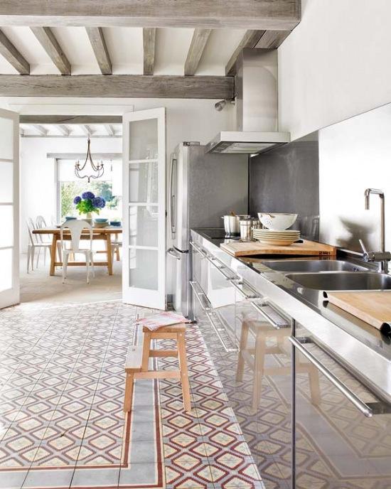 Nowoczesna srebrna kuchnia i drewniane szare zdj cie w - Alzare il tetto di casa ...