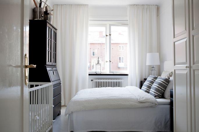 Mała Sypialnia Z Niemowlęcym łóżeczkiem Zdjęcie W Serwisie