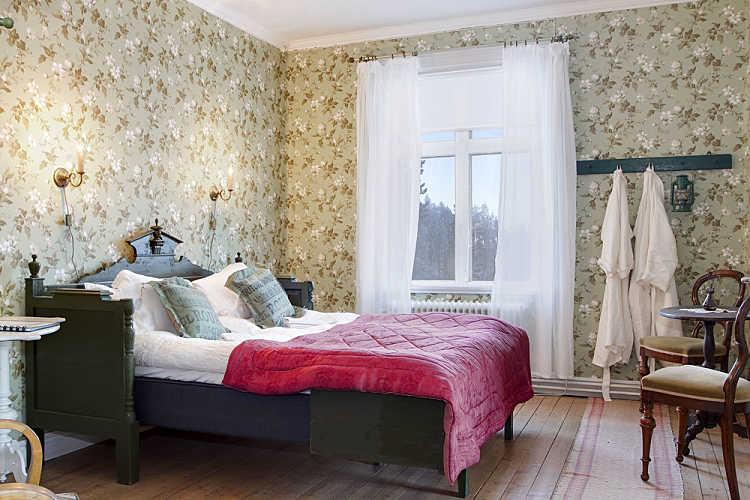 Tapeta W Kwiatystylowe Drewniane łóżko I Zdjęcie W