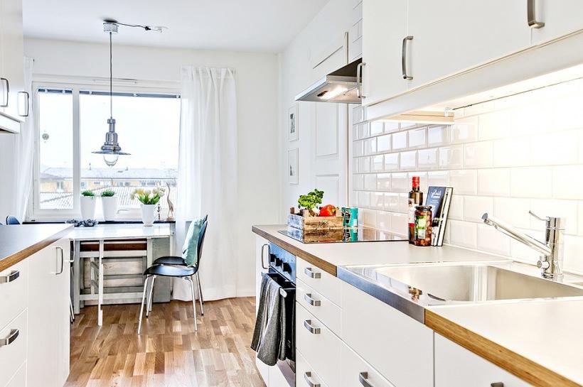 Wąska i biała kuchnia ze składanym stołem  zdjęcie w serwisie Lovingit pl (2
