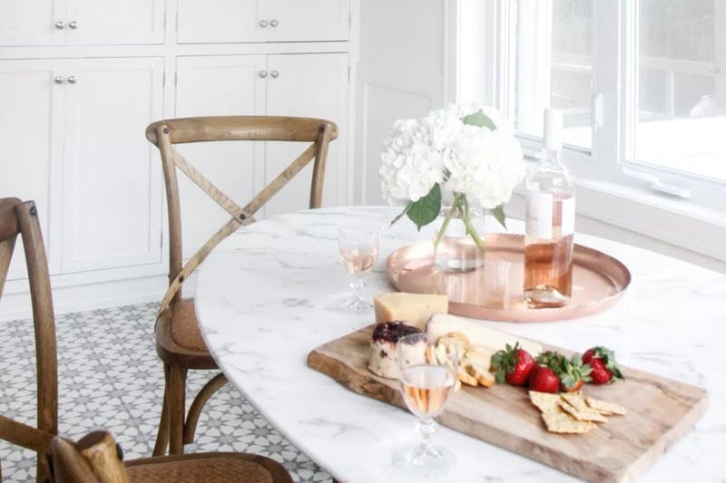 Marmurowy stół i drewniane krzesła w jadalni zdjęcie w