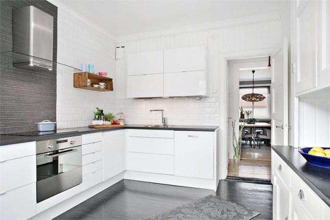 Biała Kuchnia Z Grafitowymi Blatami I Podłogą Zdjęcie W