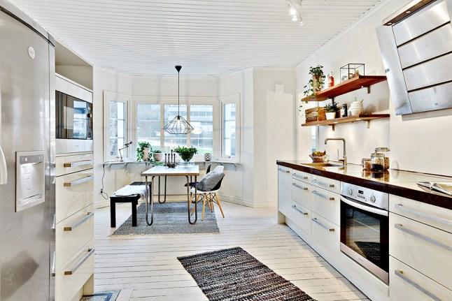 Skandynawska biała kuchnia z czarnymi blatami,bielonymi  zdjęcie w serwisie   -> Kuchnia Drewniana Bielona