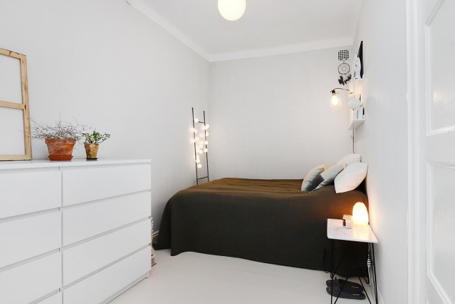 Biała Sypialnia Bez Okien Z Ciemnobrązową Zdjęcie W