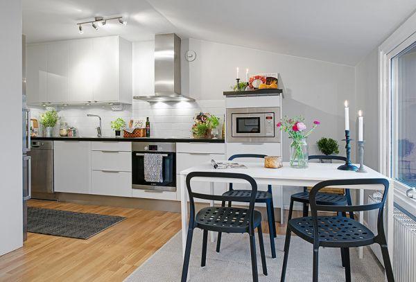 Skandynawska Kuchnia Połączona Z Małą Jadalnią Zdjęcie W