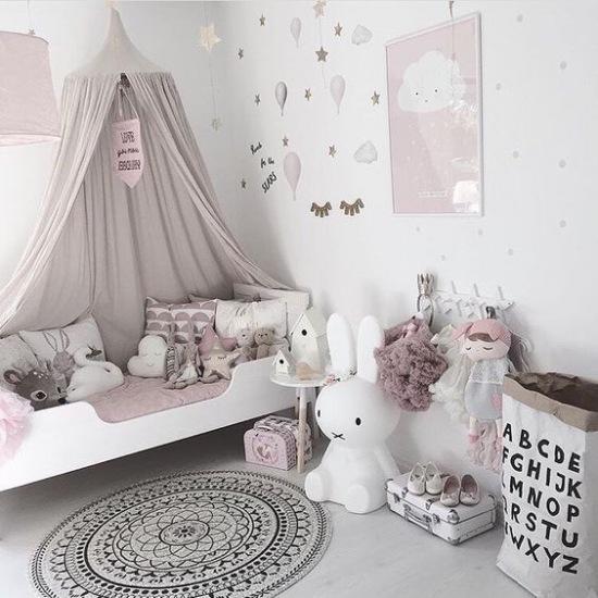 Childrens Bedroom Style Ideas: Baldachim Nad łóżeczkiem W Pastelowym Pokoju
