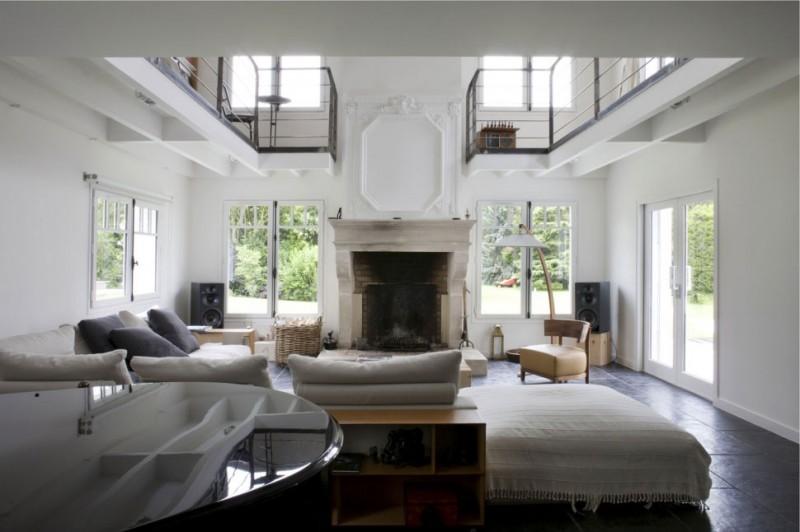 bia o be owy salon z wysokim sufitem i kominkiem zdj cie w serwisie 17575. Black Bedroom Furniture Sets. Home Design Ideas