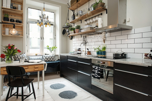 Biało Czarna Aranżacja Kuchni Z Elementami Drewna Zdjęcie W