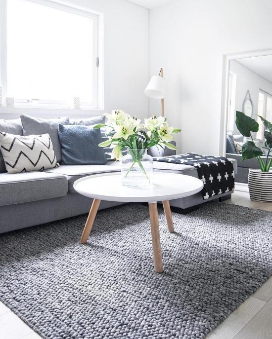 bia o szary salon z dekoracj poduszkami i zdj cie w serwisie 51710. Black Bedroom Furniture Sets. Home Design Ideas