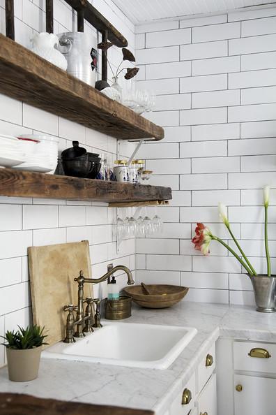 Otwarte Drewniane Półki W Kuchni Zdjęcie W Serwisie