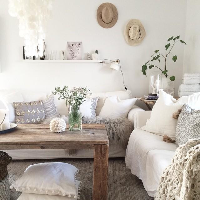 jak urz dzi salon w pastelowych kolorach z drewnianym stolikiem i dwoma bia ymi sofami. Black Bedroom Furniture Sets. Home Design Ideas