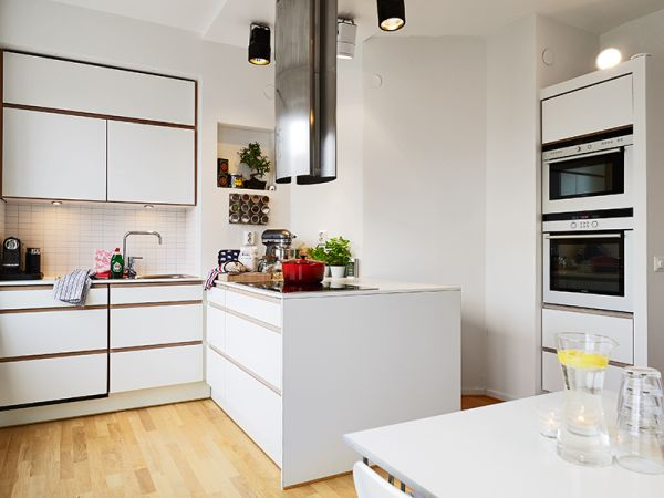 Metalowy okap tuba nad wyspą kuchenną  zdjęcie w serwisie   -> Okap Nad Kuchnia