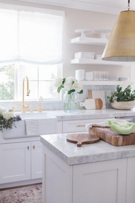 Biała kuchnia z drewnianymi dodatkami  zdjęcie w serwisie Lovingit pl (50399)