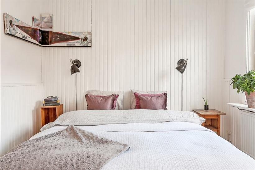 Biała sypialnia skandynawska z drewnianą - zdjęcie w serwisie Lovingit.pl (22108)