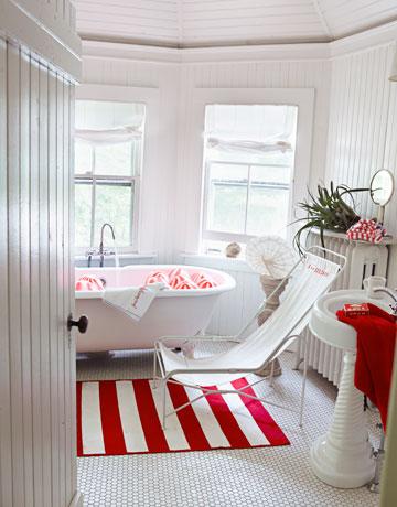 Dywan w bia o czerwone paski w aran acji azienki for Red black and white bathroom designs