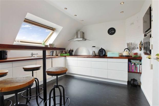 Nowoczesna biała kuchnia z drewnianymi blatami  zdjęcie w serwisie Lovingit   # Waniliowa Kuchnia Z Drewnianym Blatem
