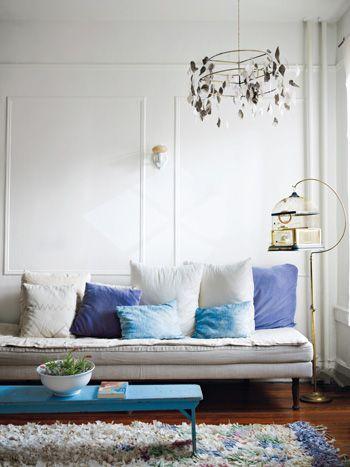 Niebieskie Poduszki Dekoracyjne Na Białej Zdjęcie W