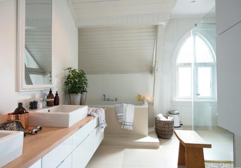 Skandynawska łazienka na poddaszu w oknem - zdjęcie w serwisie Lovingit.pl (22817)
