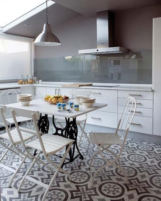 Bia o szara maroka ska mozaika w kuchni zdj cie w - Suelos de cocina modernos ...