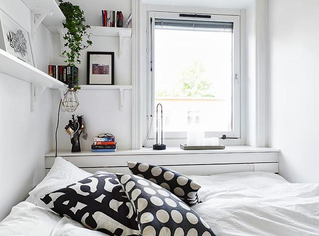 Mała Sypialnia Z Półkami I Zabudową Pod Oknem Zdjęcie W