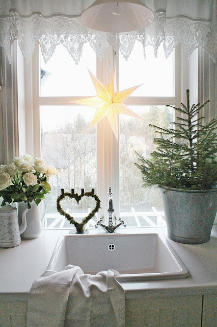 Pomysł Na Dekorację świąteczną Okna W Kuchni Zdjęcie W