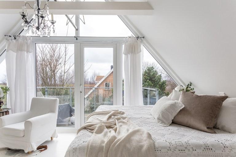 Biała Romantyczna Sypialnia Na Poddaszu Zdjęcie W