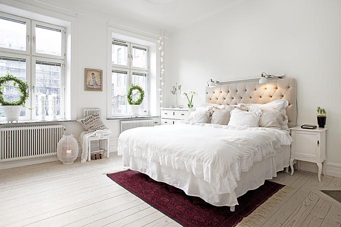 Romantyczna sypialnia z pikowanym wezgłowiem - zdjęcie w ...