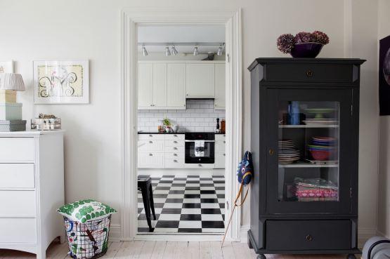Biała Kuchnia Skandynawska Z Mozaiką W Karo Zdjęcie W