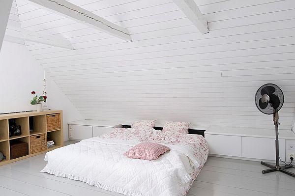 Minimalistyczna Biała Sypialnia Na Poddaszu Zdjęcie W